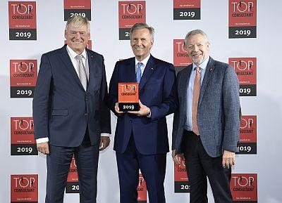 Preisverleihung TOP CONSULTANT (v.l.n.r. Friedrich Schock, Vorstand REM AG, Christian Wulff, Bundespräsident a. D., Norbert H. Siefert, Vorstand REM AG)